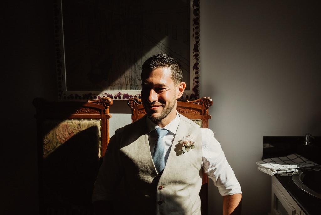 Traje de novio para boda en la playa con estilo mediterráneo en Btakora Lounge Restaurant de Barcelona | Juanjo Vega, Fotógrafo de bodas en la playa en Barcelona, Tarragona y Girona