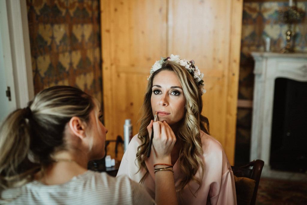 Maquillaje y peluquería de novia para boda en la playa con estilo mediterráneo en Btakora Lounge Restaurant de Barcelona | Juanjo Vega, Fotógrafo de bodas en la playa en Barcelona, Tarragona y Girona